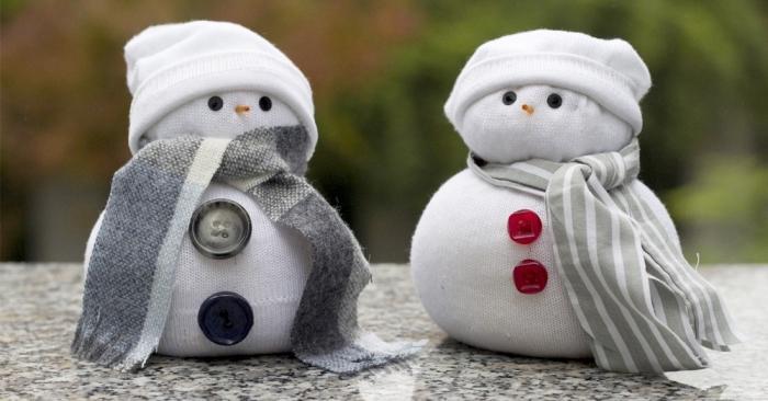 activité manuelle facile, modèle de bonhomme de neige blanc avec écharpe grise et boutons rouges