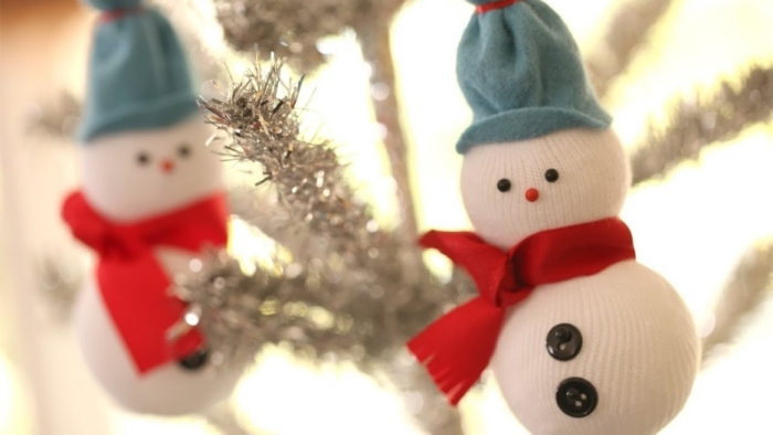 bonhomme de neige, décoration de sapin de Noel avec guirlande argentée et petit bonhomme de neige