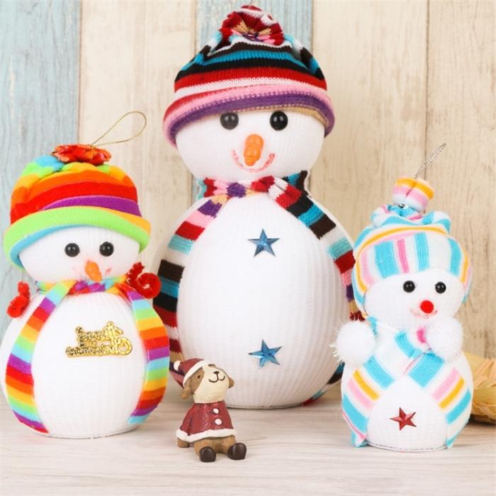 activités manuelles 6 12 ans, instructions pour faire une famille de bonhommes de neige en chaussures et avec chutes de tissu