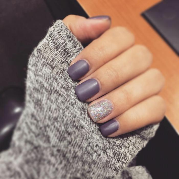 Simple manucure matte vernis violet mismatch brillant coll idée manucure jolie pour l'automne