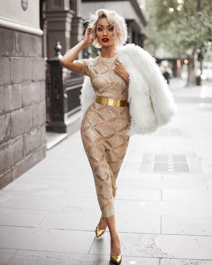 Moderne robe dorée et blanche robe doré accessoires tenue complète fourreau new york street style