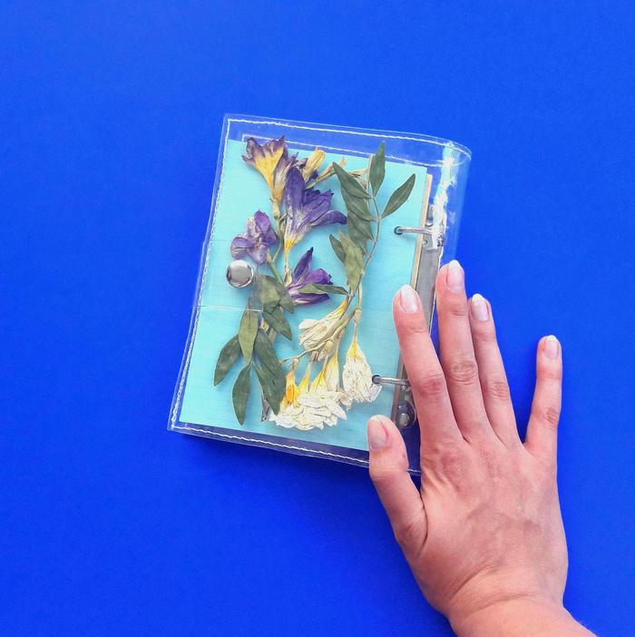 réaliser un herbier de fleurs séchées pour personnaliser un agenda ou un carnet de croquis