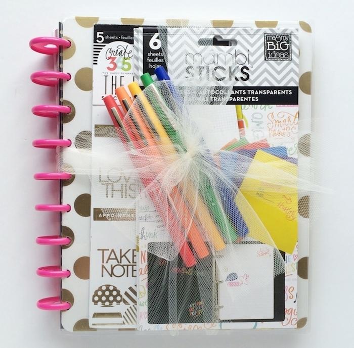 idée cadeau ado fille pour noel, un agenda personnalisé avec de stylos colorés, kit bricolage scrapbooking