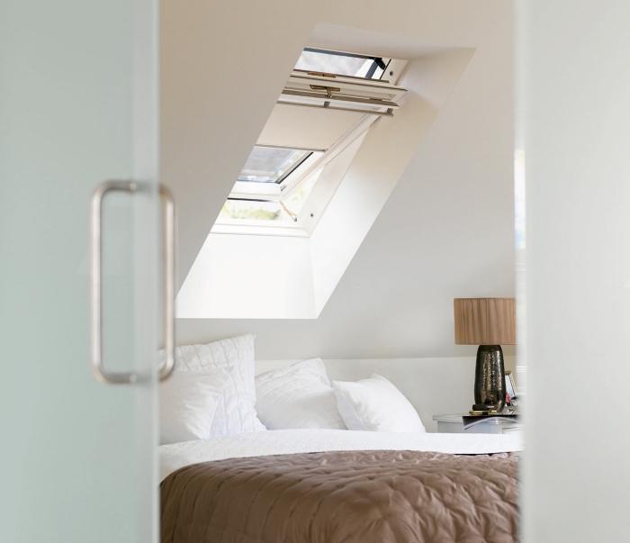 transformation du grenier en chambre à coucher, chambre en peinture murale blanche et petite fenêtre de plafond