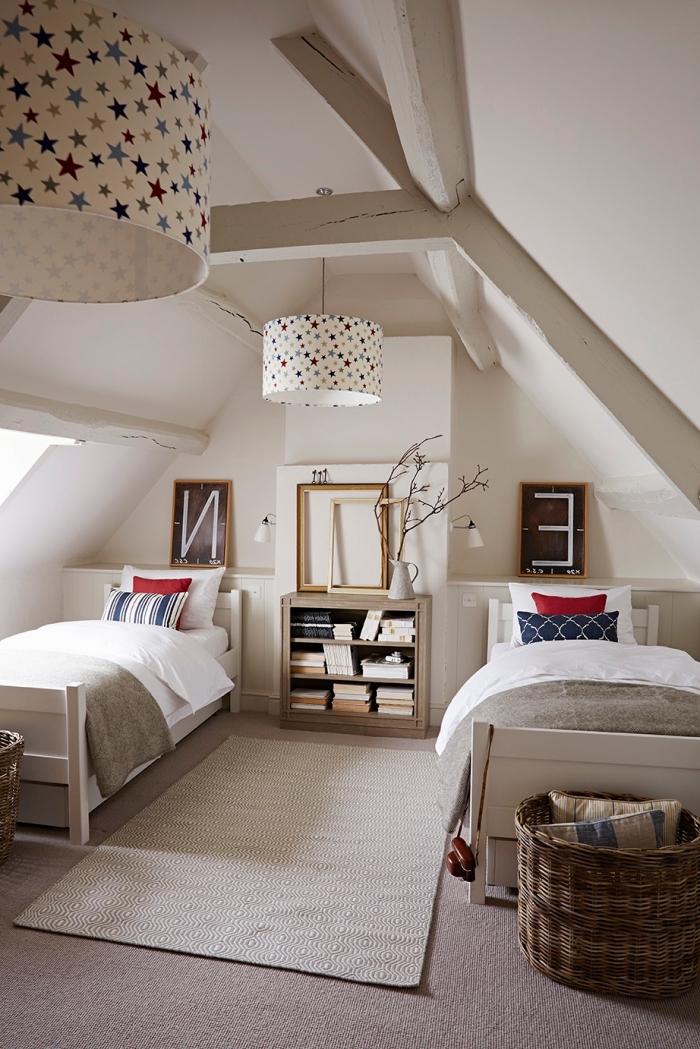 chambre a coucher, pièce sous plafond avec deux lits en bois peint blanc, déco de chambre en bois clair