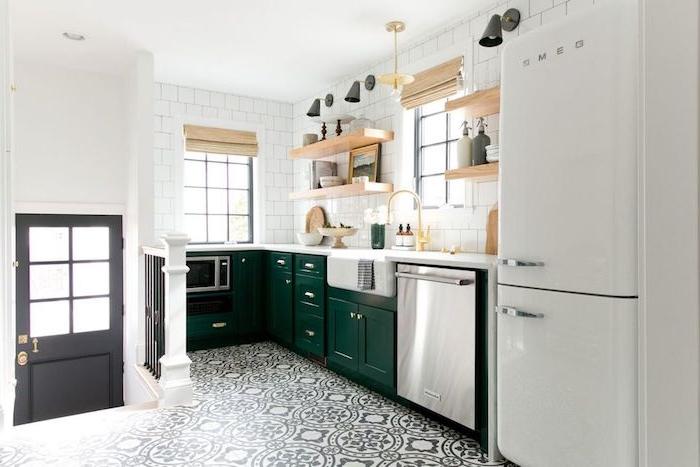 modele de cuisine campagnarde en vert emeraude, carrelage blanc, etageres en bois ouvertes, frigo blanc, carrelage gris et blanc à motifs floraux