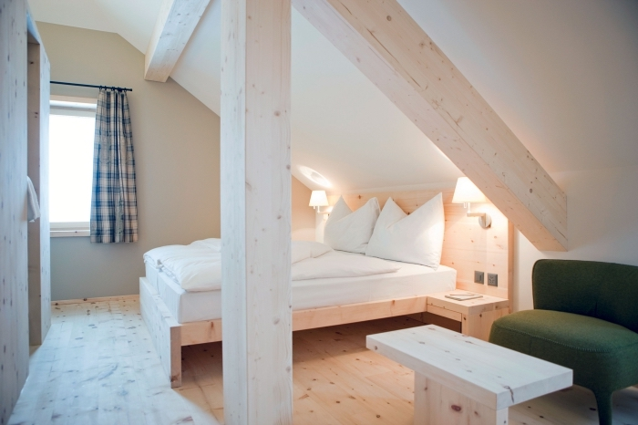 renouvellement du grenier avec peinture blanche et charpente en bois clair, chambre à coucher et salle de bains sous combles