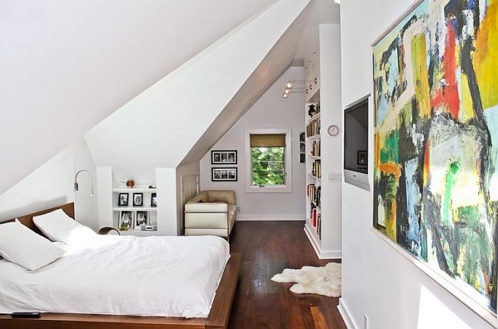 décoration chambre, aménagement grenier aux murs blancs et plancher en bois foncé, grand lit avec tête de lit en bois foncé