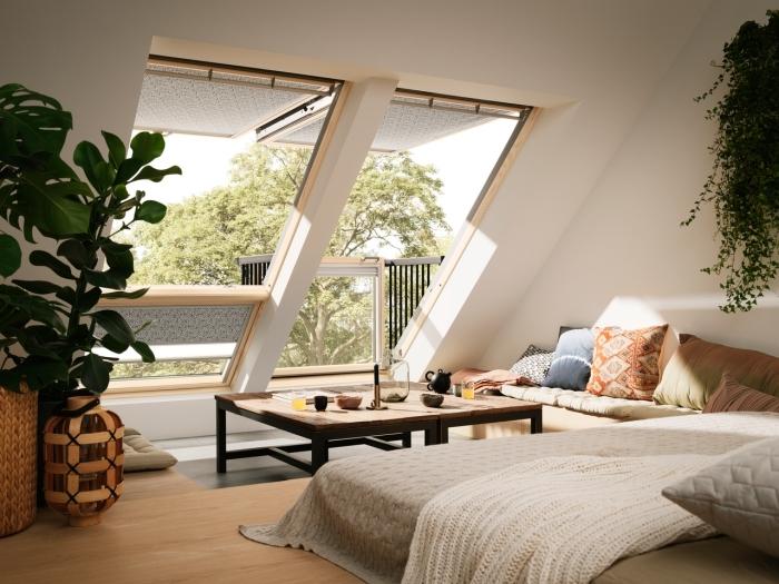 isolation toiture, déco bohème chic dans une salle de séjour sous combles avec plaid blanc en crochet et coussins doux
