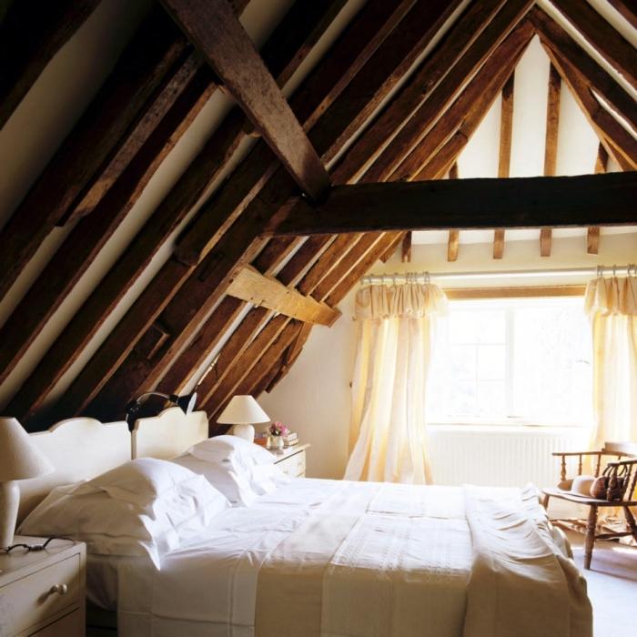 chambre mansardée, tête de lit en bois peinte en blanc, meubles dans la chambre à coucher en bois clair
