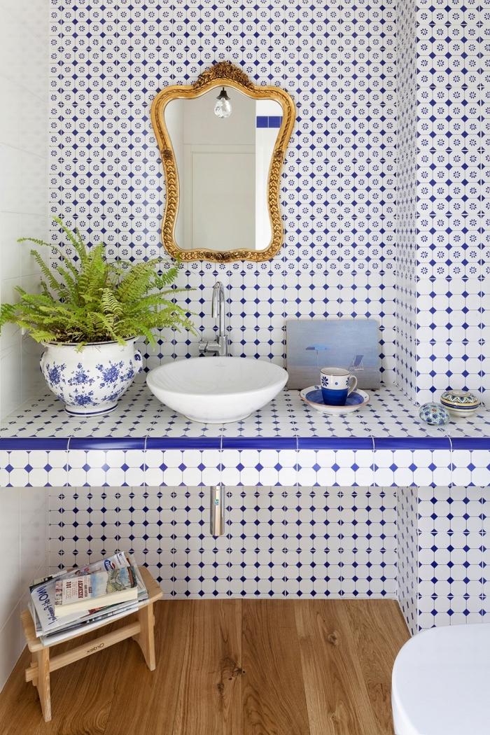 revetement sol, déco de salle de bain au carrelage blanc et bleu avec plancher en bois clair, modèle de miroir doré à design baroque