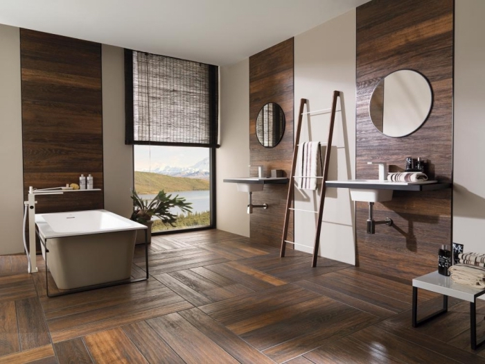 meuble salle de bain, revêtement mural et plancher en bois foncé, modèle d'échelle décorative en bois pour serviettes