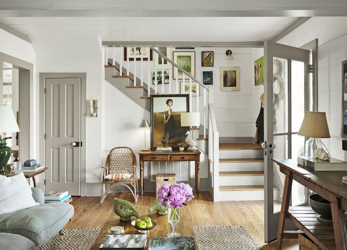 amenagement salon simple en blanc gris taupe clair et bois, parquet bois, deco cage escalier de cadres, portes, canapé et escalier gris, deco campagne chic