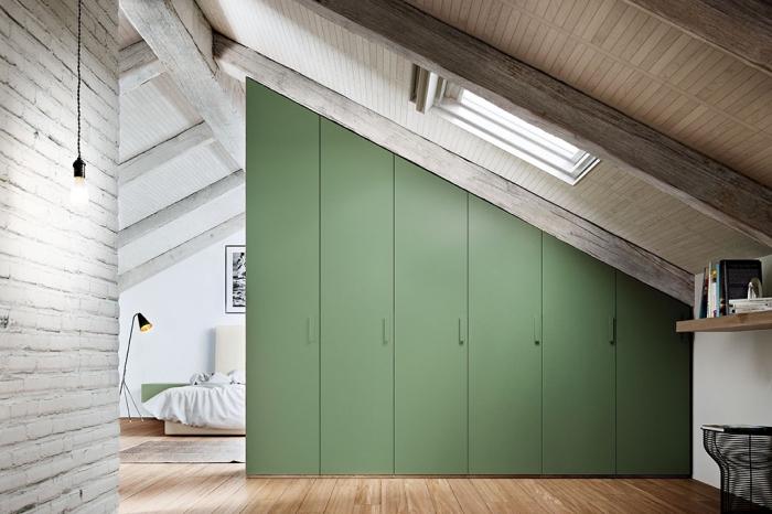 decoration d interieur, chambre à coucher sous combles avec murs blancs et plancher en bois stratifié clair