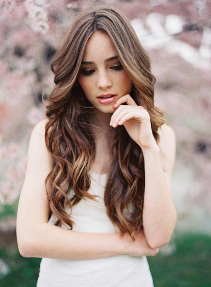 Coiffure boucle mariage coiffure mariage cheveux longs bouclés brune femme bien coiffée