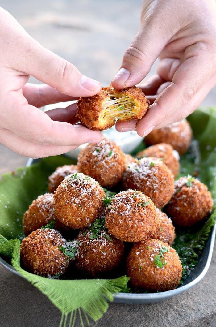 recette végétarienne ultra délicieuse pour un repas dinatoire facile et rapide, des boules de mozzarella crousti-fondantes