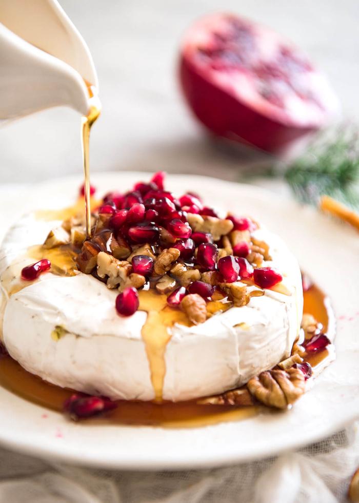 recettes d'apéritif dinatoire facile à base de fromage brie, recette facile de brie fondant au miel, à la grenades et aux pecanes