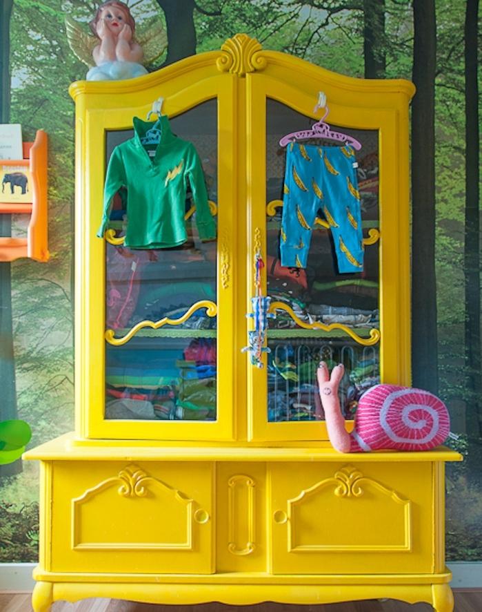armoire jaune vintage, idée comment repeindre un meuble, rangement vetements enfant, papier peint trompe l oeil, paysage foret sur le fond