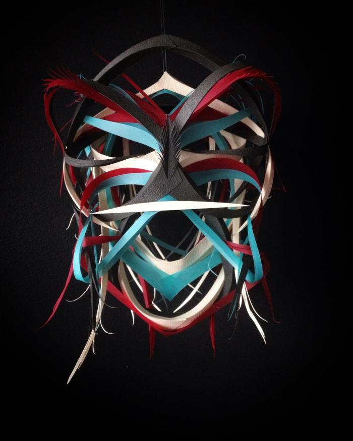 artiste contemporain LapinThur, Maori, sculpture masque de guerrier en couleurs vives et noir