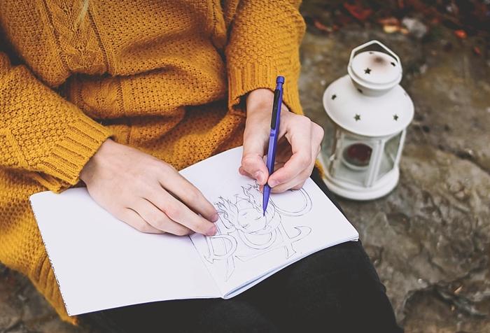 art dessiner noir et blanc pull over jaune moutarde activite automne nature loisir anti stress adultes et enfants