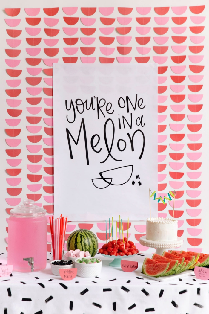 faire une guirlande en papier, décoration murale diy avec fruits de papier rose et rouge, projet diy pour décoration de fête