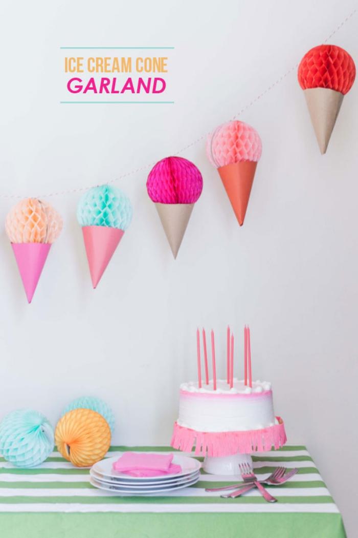 activité manuelle pour ado, décoration anniversaire avec gâteau blanc rose et nappe rayée en vert et blanc