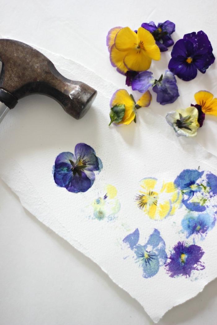faites de l'art floral originale avec des tampons fleurs séchées imbibées de peinture aquarelle pour personnaliser vos créations