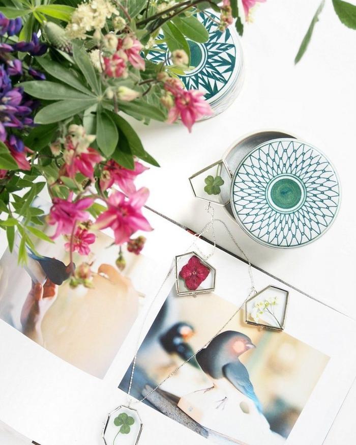 activité manuelle printemps avec des mini-cadres en verre contenant des fleurs séchées