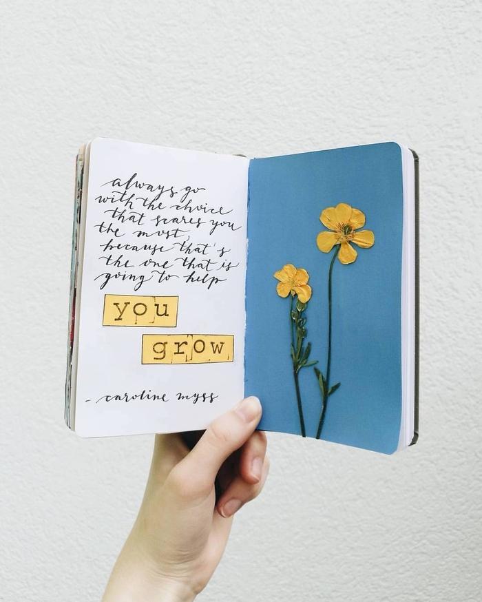 idée orignal pour un art floral avec des feuilles pressées collez sur les pages d'un carnet et accompagnées d'une citation inspirante