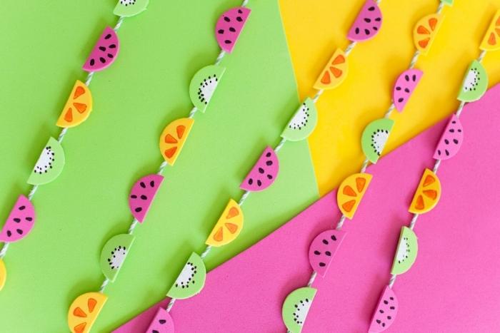 activité créative, guirlande décorative diy fabriquée avec fil et figurines de papier en formes de fruits