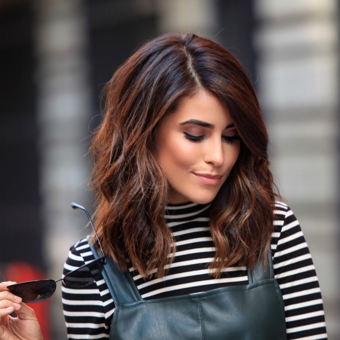 couleur auburn, comment s'habiller bien avec combinaison en cuir noir et blouse rayée en noir et blanc