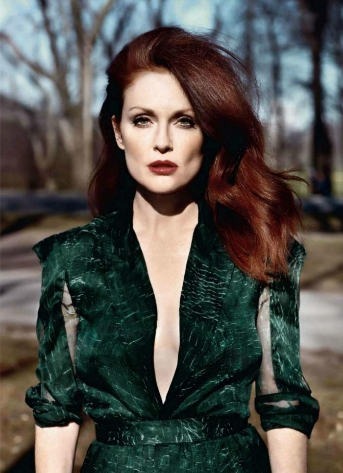 couleur cheveux auburn, maquillage aux lèvres marron foncé et fards à paupières marron, modèle de robe verte avec décolleté en V et ceinture