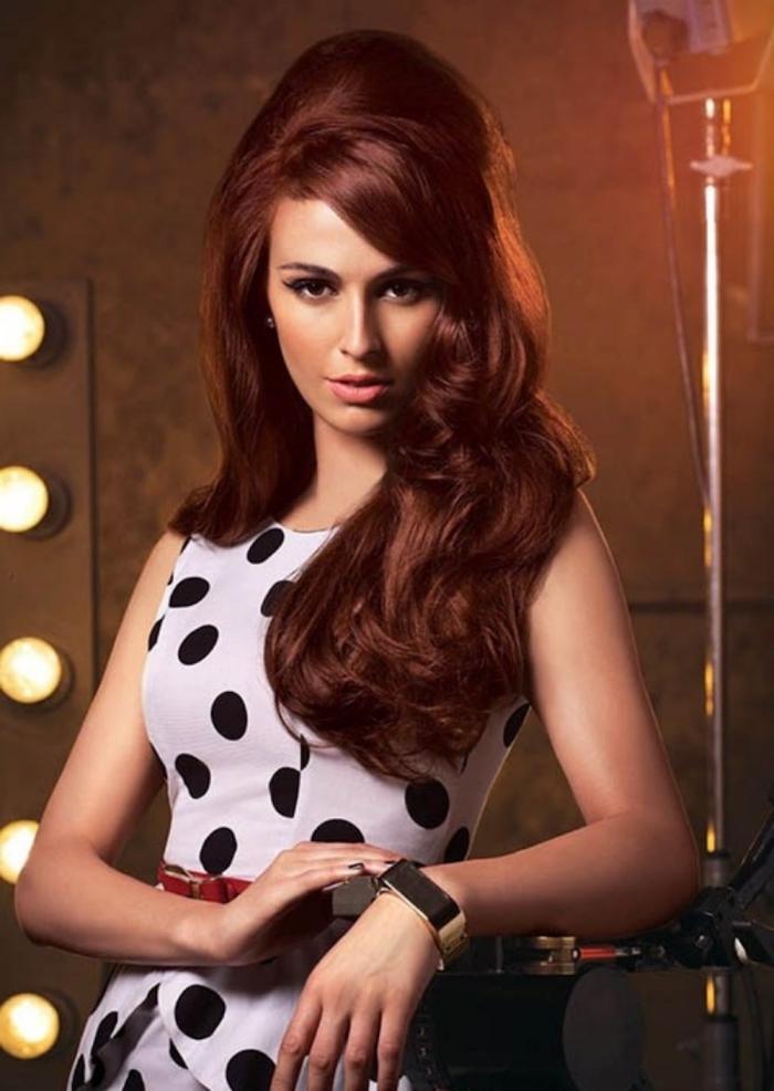 cheveux auburn rouge violine, coiffure cheveux longs mi-attachés avec boucles et volume sur le haut