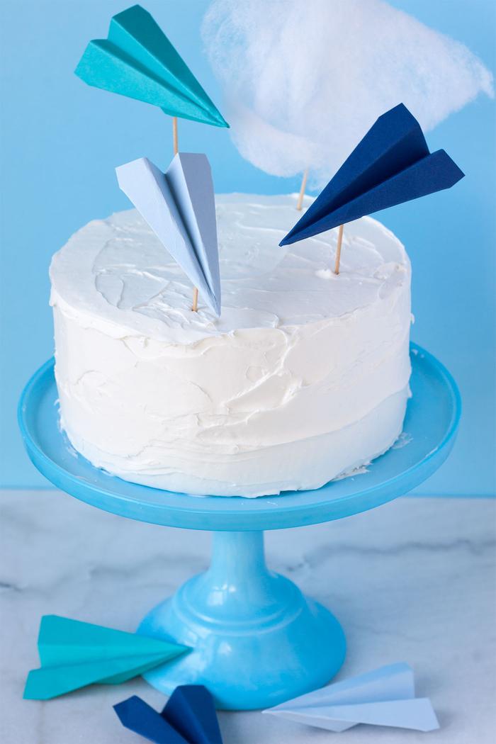 avions en papier coloré transformés en jolis cake toppers pour décorer un gâteau d anniversaire sur thème voyage