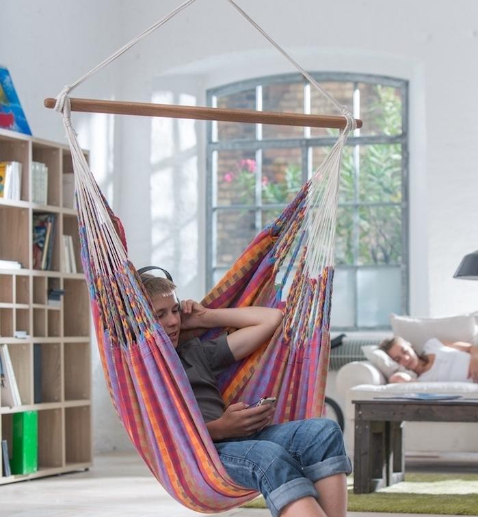 exemple de balançoire hamac intérieur coloré, cadeau de noel ado garcon, esprit boheme chic pour créer un lieu de repos dans sa chambre