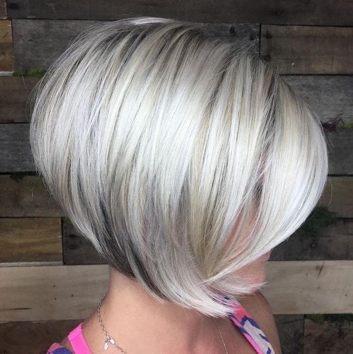mi long carré plongeant bouclé coiffure femme blond polaire volume coupe au bol