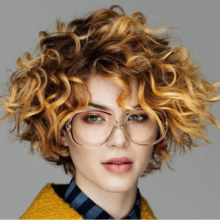 balayage blond sur brune, joli carré bouclé et lunettes tendance, tie ans dye sur cheveux courts