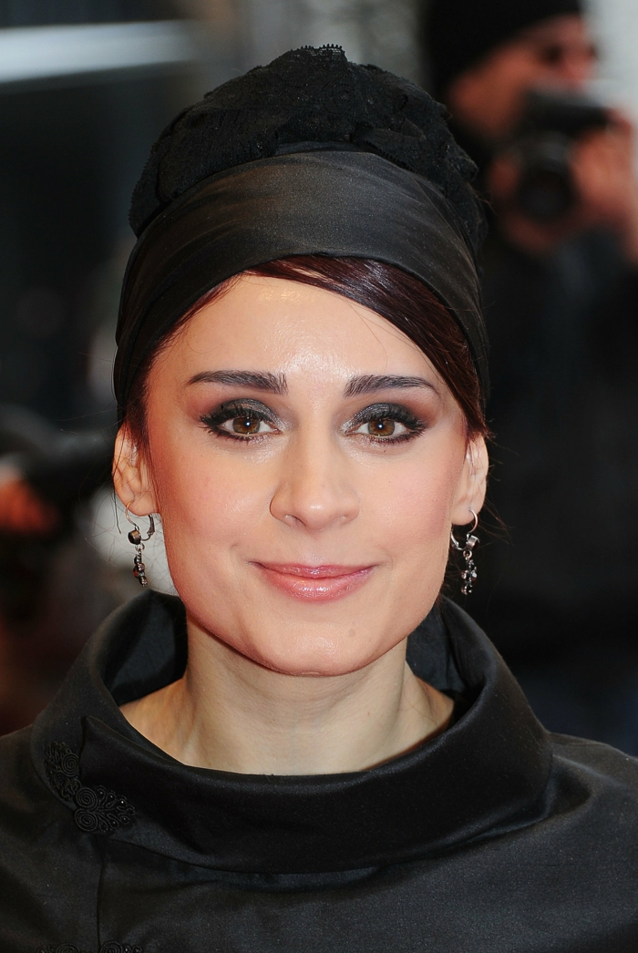 bandana noir, chignon lisse avec bandeau noir cheveux, maquillage yeux marrons