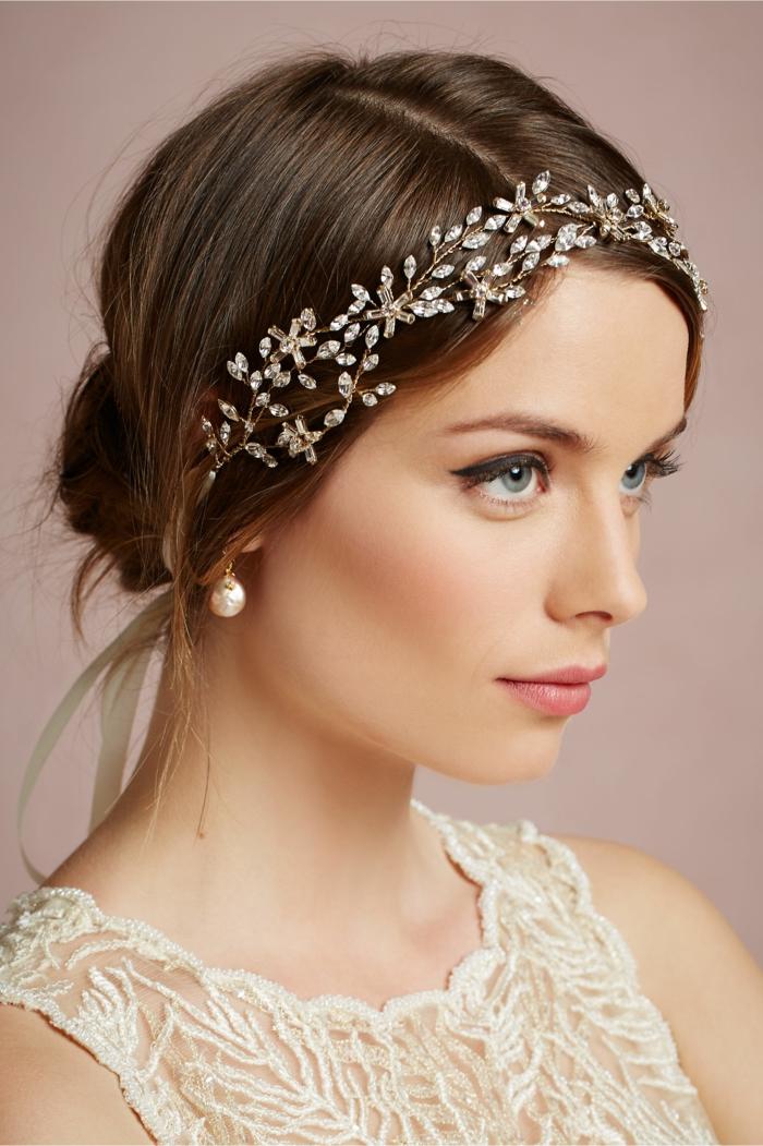 bandeau mariage, chignon élégant, maquillage mariée élégant, boucles d'oreille blanches