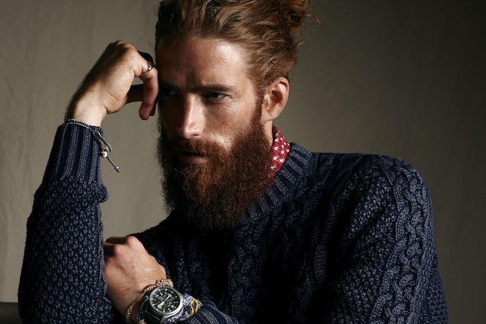 grosse barbe hipster longue rousse cheveux longs homme chignon
