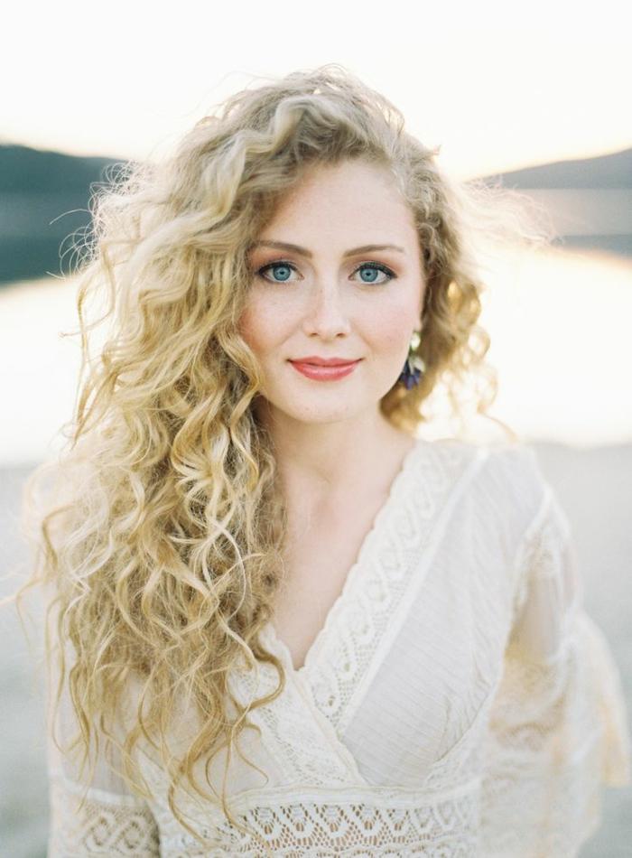 Habillée mariage champêtre robe de mariée blanche coiffure cheveux bouclés mariage coiffure boucles mariage