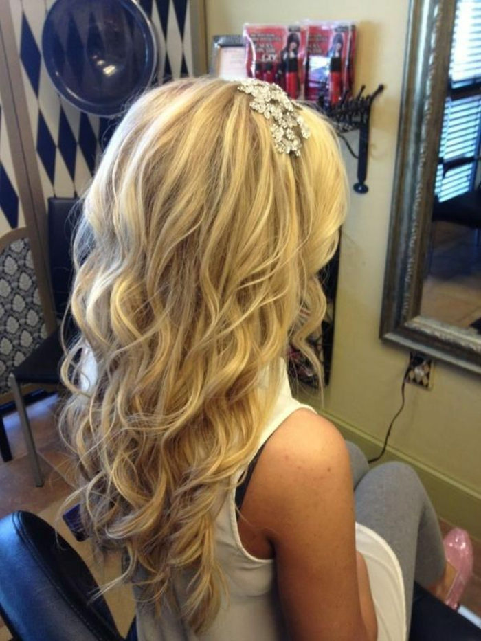 Idée coiffure mariage bouclé mi long coiffure mariage cheveux boucles femme blonde cheveux longs diadème couronne accessoire mariage