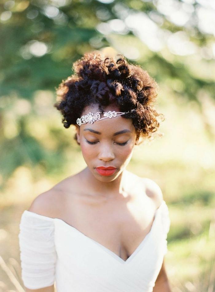 Jolie coiffure mariage pour cheveux bouclés coiffure mariage boucles mariée cheveux courts bouclés accessoire diademe bijou dans les cheveux