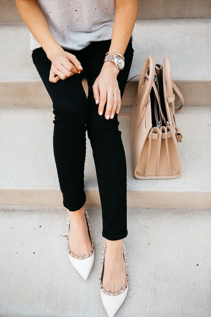 Adorable idee tenue simple et chic look femme chic vetements jean noir slim chaussures versace