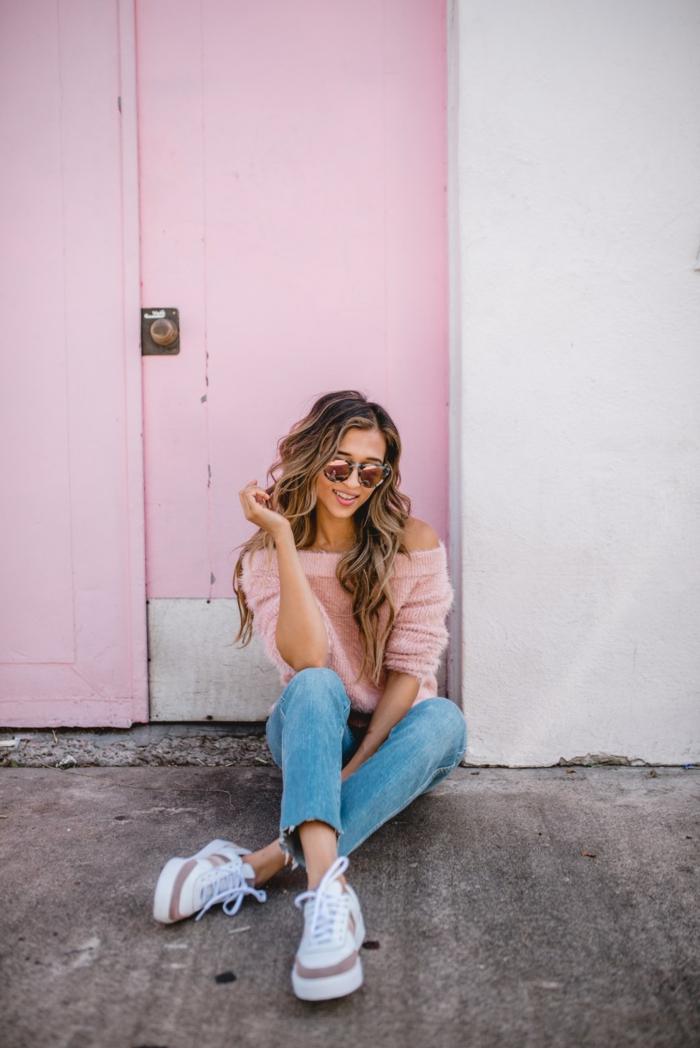 Mignonne tenue look chic et décontracté femme style femme chic pull rose et jean bleu