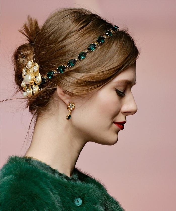 bijou de tête, un serre-tête vert en pierres décoratives, chignon bas, gilet moelleux