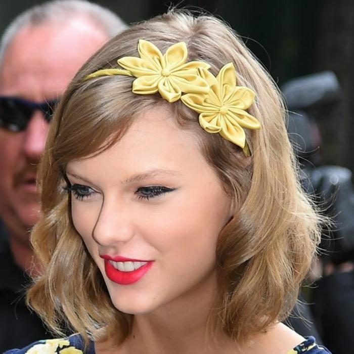 bijoux de cheveux, diadème modèle floral, coiffure frangée et accessoirisée