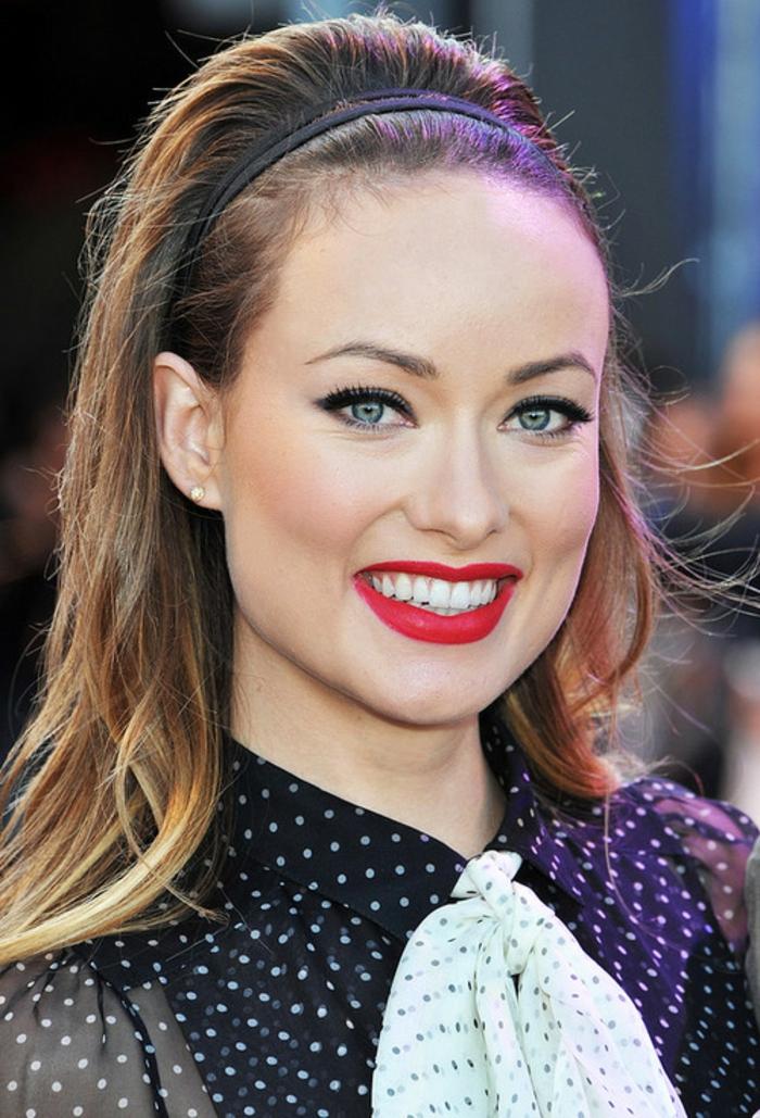bijoux de cheveux d'Olivia Palermo, chemise noire à points, rouge à lèvres écarlate