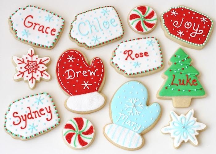 biscuit de noel recette, simples biscuits sucrés avec glaçage rouge, blanc, bleu et vert, motif gant, sapin de noel, flacons de neige et quelques sablés petosnnalisés