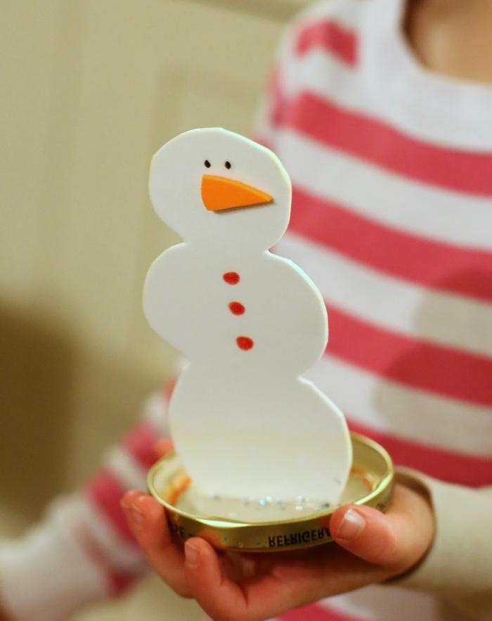 idée originale pour faire une boule à neige lumineuse à motif bonhomme de neige contenant de l eau phosphorescente